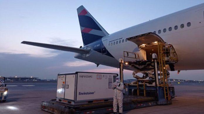 Avião com 8,6 milhões de doses da Coronavac já está a caminho do Brasil